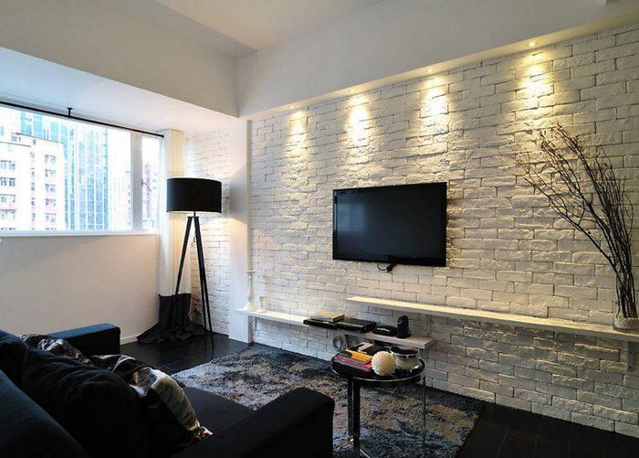 белая стена в гостинной