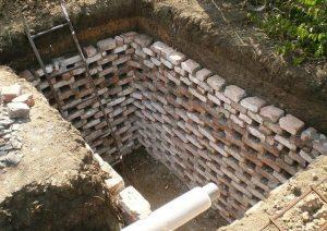 кирпичи используют для укрепления стенок сливных ям